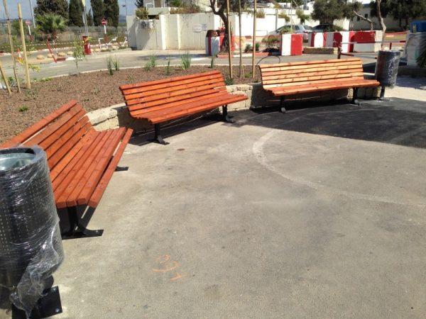 IMG 4517 Custom 600x450 - ספסל עץ מלא לגינה דגם אורן